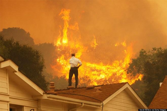 3 Μαΐου. Η τεραστίων διαστάσεων φωτιά στο Καμαρίλο της Καλιφόρνιας πλησιάζει απειλητικά τα σπίτια. Ένας κάτοικος ανήμπορος να κάνει κάτι άλλο απλά στέκεται όρθιος στην οροφή του σπιτιού του και κοιτά το «πορτοκαλί τέρας» να πλησιάζει. Από την πυρκαγιά έγιναν στάχτη 98.140 τ.μ..