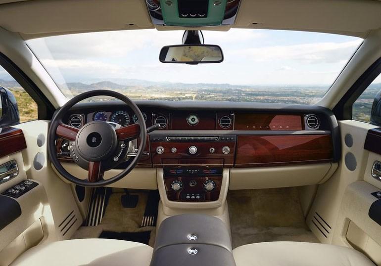 Το πολυτελές εσωτερικό από μία Rolls Royce...