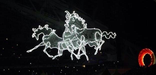 Tρία άλογα τραβούν τον ήλιο υπό τους ήχους της μουσικής του Stravinsky