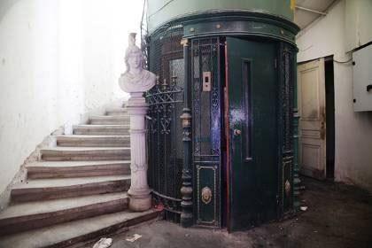 Η μαρμάρινη προτομή του στρατηλάτη και η καμπίνα του ασανσέρ από σφυρήλατο σίδερο στο «Μέγας Αλέξανδρος»