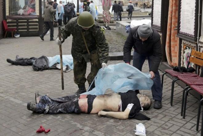 Σοκάρουν οι εικόνες από τους νεκρούς διαδηλωτές στο Κίεβο