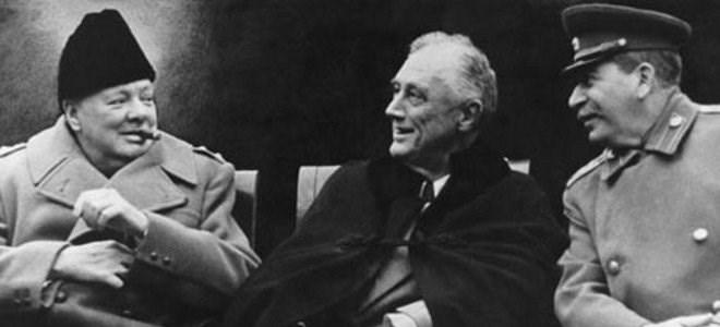 Ο Βρετανός πρωθυπουργός σερ Ουίνστον Τσώρτσιλ, ο πρόεδρος των ΗΠΑ Φραγκλίνος Ρούζβελτ και ο ηγέτης της ΕΣΣΔ Ιωσήφ Στάλιν