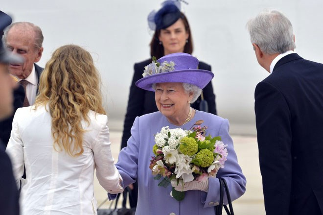 come saluta la regina elisabetta