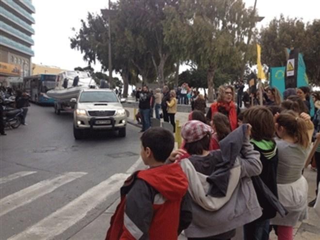 Συμβολική διαμαρτυρία στους δρόμους του Ηρακλείου με φουσκωτά σκάφη