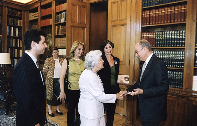 Η Σάνο και η Θία Χάλο σε συνάντηση με τον τότε Πρόεδρο της Δημοκρατίας Κωνσταντίνο Στεφανόπουλο το 2001