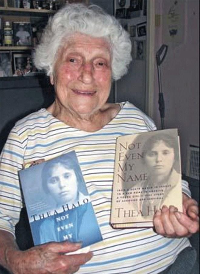 Η Σάνο Χάλο κρατά την βιογραφία της, που έγραψε η κόρη της Θία. 'Not Even My Name' o αμερικανικός τίτλος. 'Ούτε το όνομά μου'