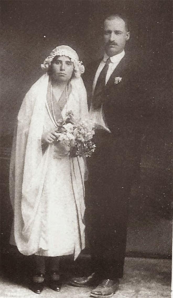 Η Σάνο Χάλο και ο σύζυγός της Αβραάμ την ημέρα του γάμου τους
