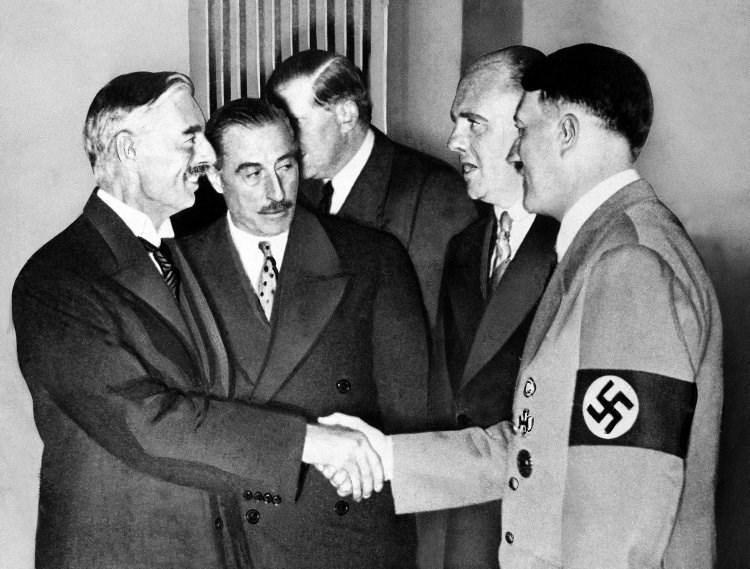 O Τσάμπερλεν σφίγγει το χέρι του Χίτλερ (1938)