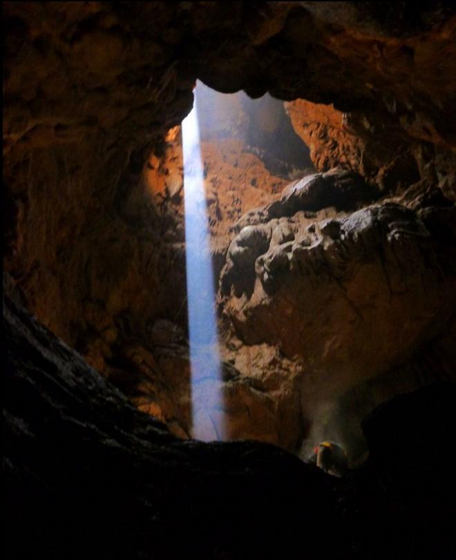 Αυτό το υπέροχο θέαμα αντίκρισαν οι σπηλαιολόγοι, στα 80 μέτρα βάθος