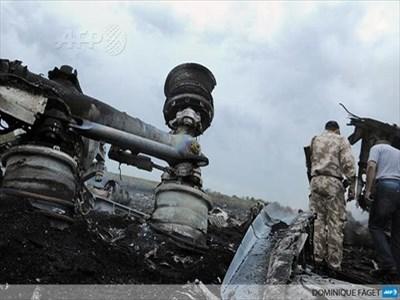 Ένας άνδρας με στρατιωτική στολή αδιευκρίνιστης προέλευσης, στα συντρίμμια του αεροπλάνου