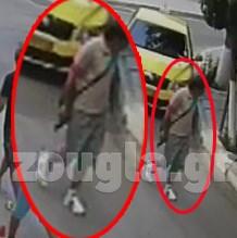 O Mαζιώτης στην οδό Ανδριανού κρατώντας όπλο