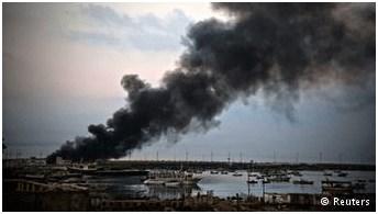 Καπνός πάνω από το λιμάνι της Γάζας μετά από σειρά βομβαρδισμών