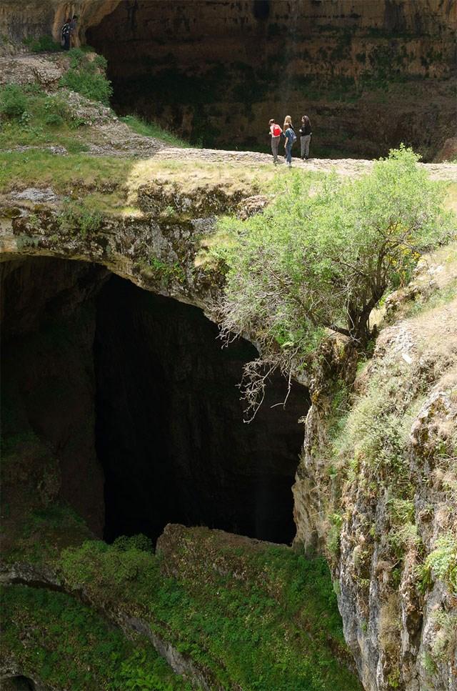 Εντυπωσιακές φωτογραφίες από τριώροφη σπηλιά καταρράχτη!