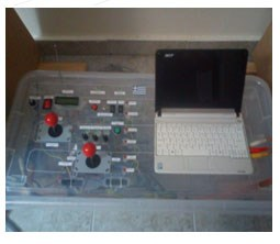 Στο κέντρο ελέγχου βρίσκονται τοποθετημένοι ειδικοί διακόπτες ενεργοποίησης του συστήματος, αυτοπυροδότησης της τορπίλης και Joysticks