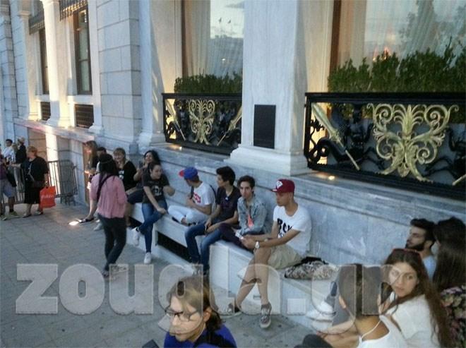 Πλήθος θαυμαστών περιμένουν την σταρ έξω από το ξενοδοχείο Grande Bretagne όπου θα καταλύσει
