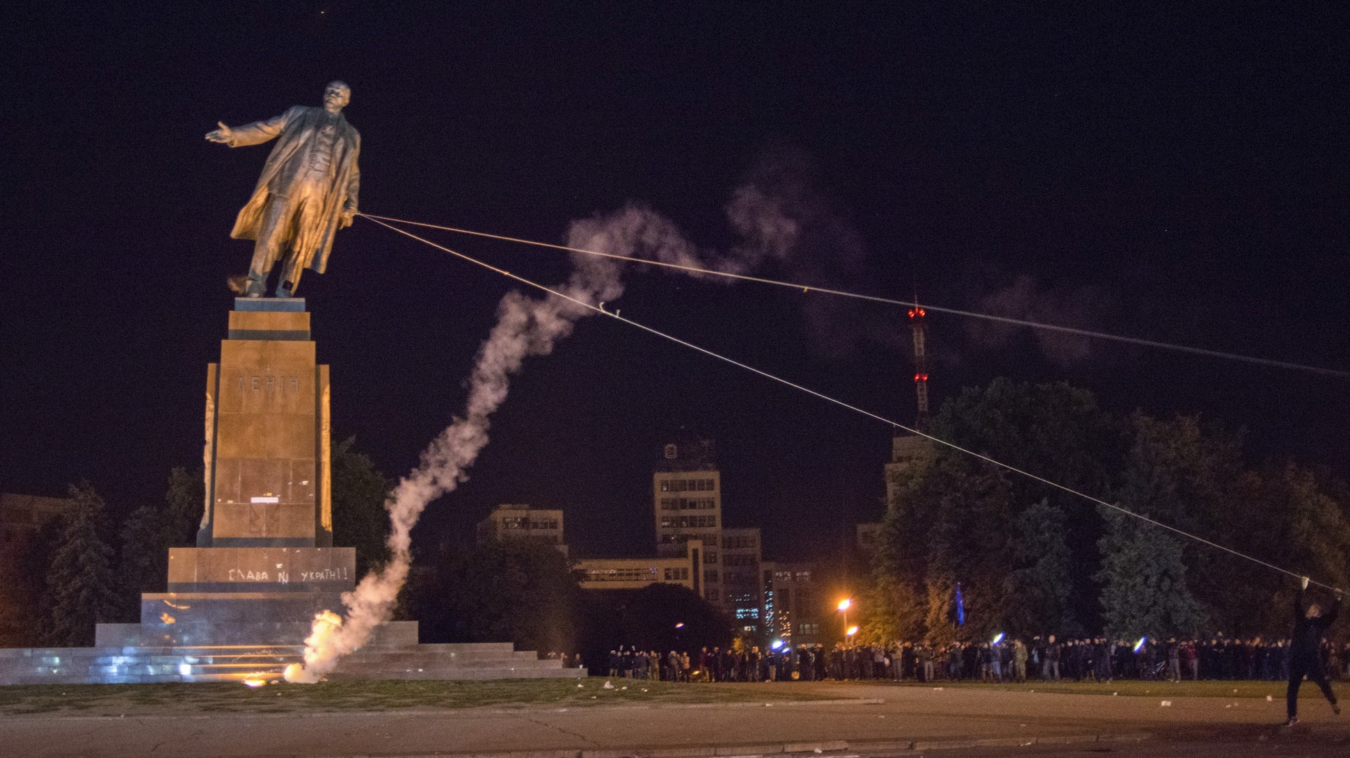 Oυκρανία: Αποκαθήλωσαν το επιβλητικό άγαλμα του Λένιν