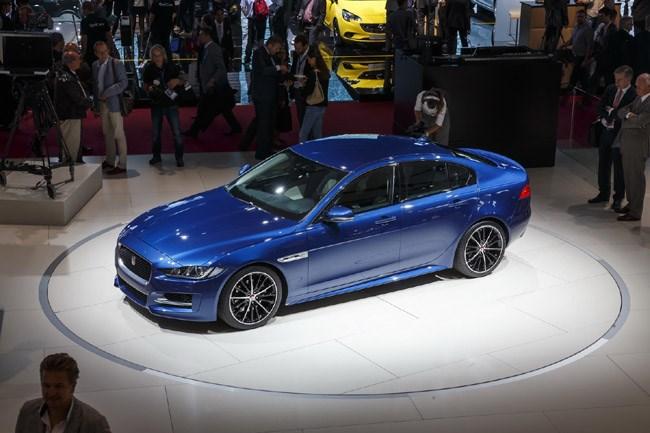 Η νέα Jaguar XE που φτιάχτηκε για να μπορέσει η μάρκα να εισβάλει στις Audi, BMW και Mercedes. Θα εφοδιάζεται με κινητήρα βενζίνης 2.0 λίτρων που θα παράγει 197 ίππους (η έκδοση diesel θα παράγει 161 ίππους). Στην Μεγάλη Βρετανία θα πωλείται αντί του ποσού των 34.400 ευρώ περίπου...
