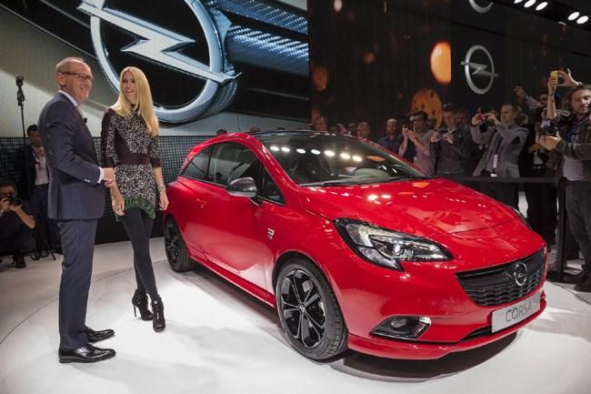 Το νέο Opel Corsa που αναμένουμε σύντομα και στην Ελλάδα. Best Seller στην κατηγορία του, είναι σίγουρο πως φέρει χιλιάδες πωλήσεις στην γερμανική εταιρεία. Θα είναι διαθέσιμο με το νέο μηχανικό σύνολο του 1.0 λίτρου και τα 100 άλογα. Η παρουσίαση από τον διευθύνοντα σύμβουλο του Opel Group, Dr. Karl-Thomas Neumann και του μοντέλου Claudia Schiffer...
