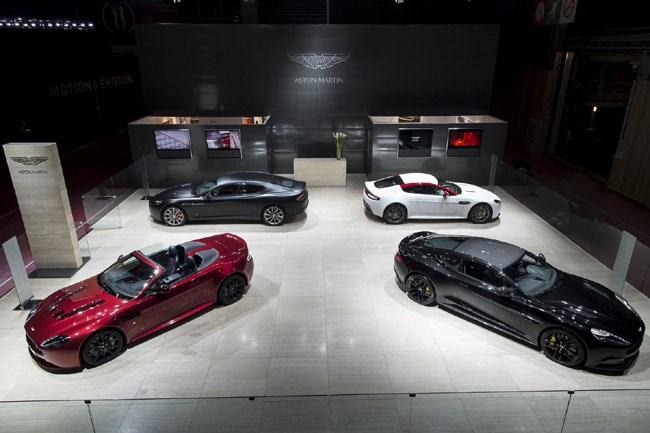 H Aston Martin έχει σε κοινή θέα όλα τα μοντέλα της γκάμας της. Στο Παρίσι πραγματοποιεί το παγκόσμιο ντεμπούτο της η Vanquish Carbon Black ενώ ευρωπαϊκή πρεμιέρα κάνει η V12 Vantage S Roadster...