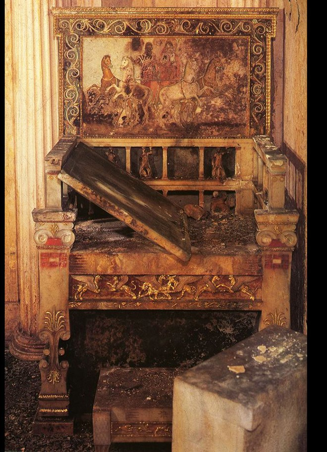 Ο θρόνος στον τάφο της Ευρυδίκης, μητέρας του Φιλίππου, στις Αιγές
