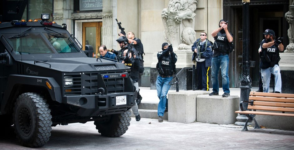 Η αστυνομία φυγαδεύει κάποιον VIP από ξενοδοχείο