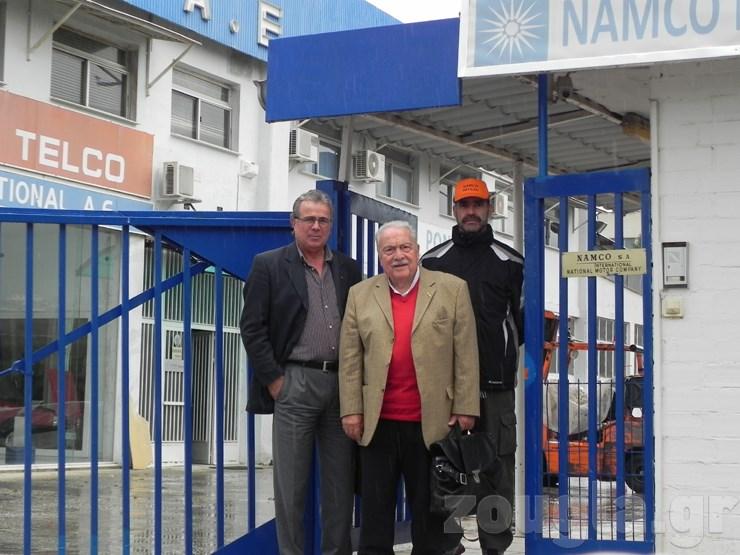 O Πέτρος Κοντογούρης (μέση) με τον εκτελεστικό αντιπρόεδρο Νικόλαο Ρούσση και έναν συνεργάτη του στην είσοδο του εργοστασίου