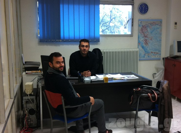 Ο Ιωάννης Ρούσσης (δεξιά) είναι διευθυντής διεθνούς εμπορίου και συζητά με συνεργάτη της εταιρείας...