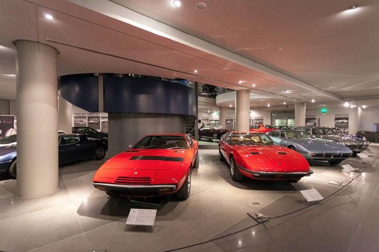 Αριστερά η Maserati Indy και δεξιά η Maserati Khansin