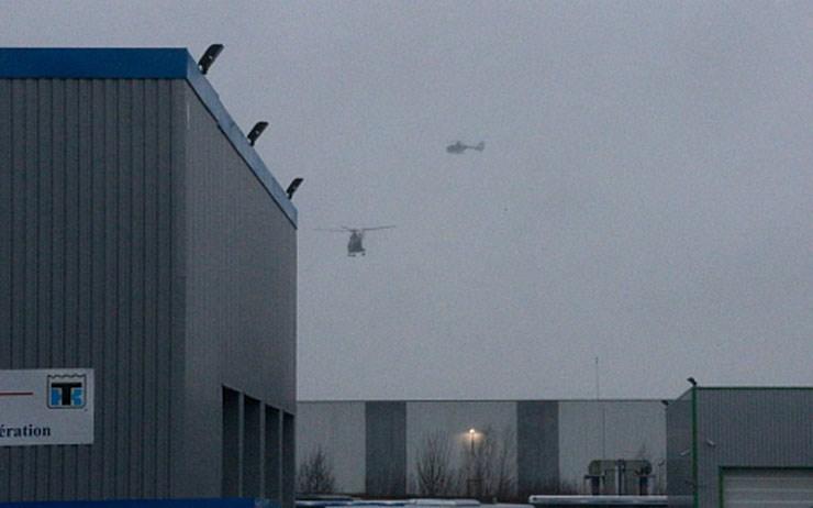 Ελικόπτερα πάνω από το κτήριο του τυπογραφείου