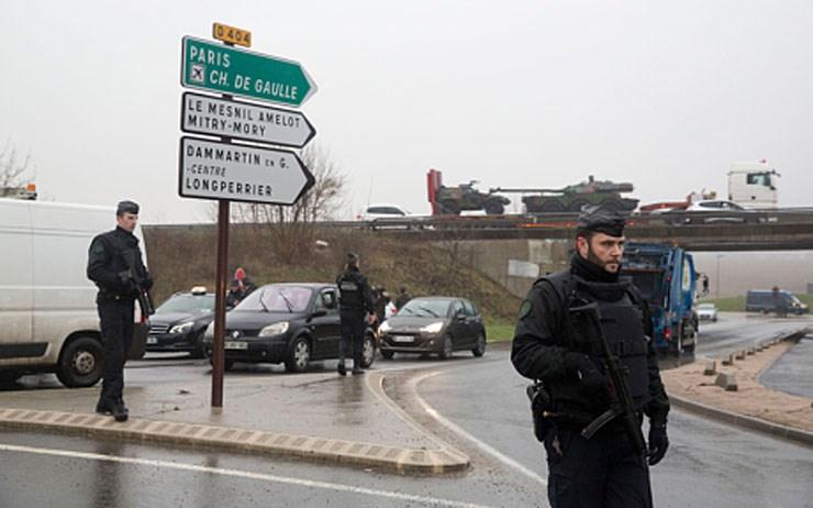 Aστυνομικοί έχουν αποκλείσει όλη την περιοχή. Στο βάθος διακρίνονται τεθωρακισμένο όχημα και τανκ