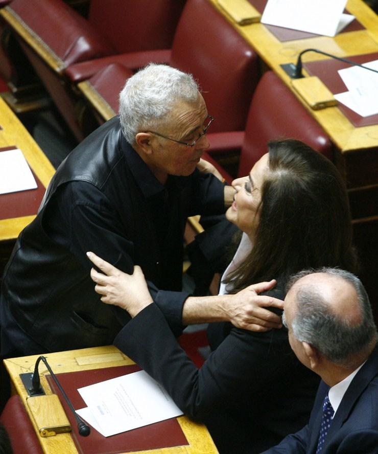 Ο Κ. Ζουράρης ασπάζεται την Ντόρα Μπακογιάννη