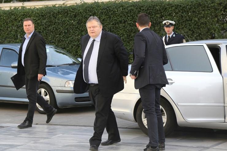 Ο Ευάγγελος Βενιζέλος βγαίνει από το νέο αυτοκίνητο που χρησιμοποιεί για τις μετακινήσεις του...