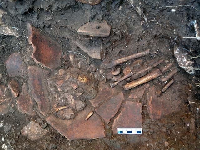 Σε στρώματα της Τελικής Νεολιθικής από το 4200 ως το 3800 π.Χ. αποκαλύφθηκε διπλή αδιατάρακτη, πρωτογενής παιδική ταφή σε αγγείο