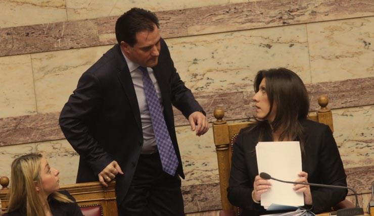 Η Ζωή Κωνσταντοπούλου στο προεδρείο συνομιλεί με τον Άδωνι