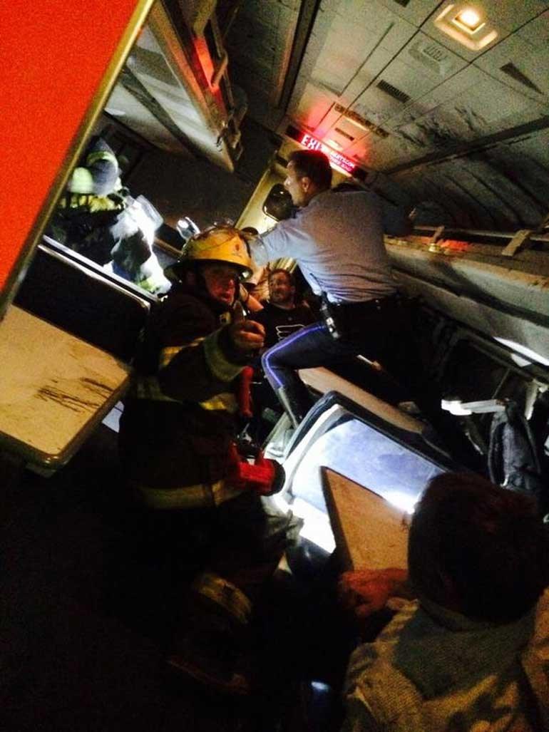 Πυροσβέστες μέσα σε εκτροχιασμένο βαγόνι