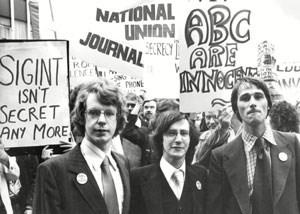 O Ντ. Κάμπελ (αριστερά) με τους συγκατηγορουμένους του Κρίσπιν Όμπρεϊ και Τζον Μπέρι, σε διαδήλωση υπέρ της αθώωσής τους
