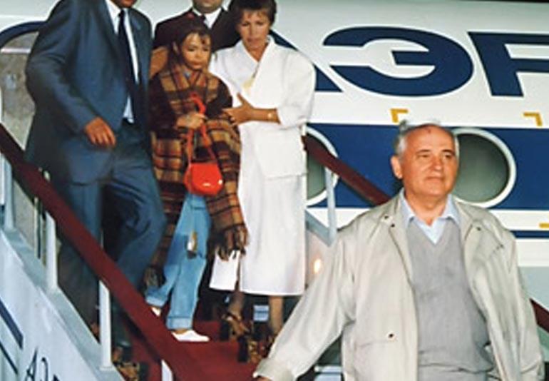 Ο Γκορμπατσόφ επιστρέφει στη Μόσχα μετά το τέλος του πραξικοπήματος