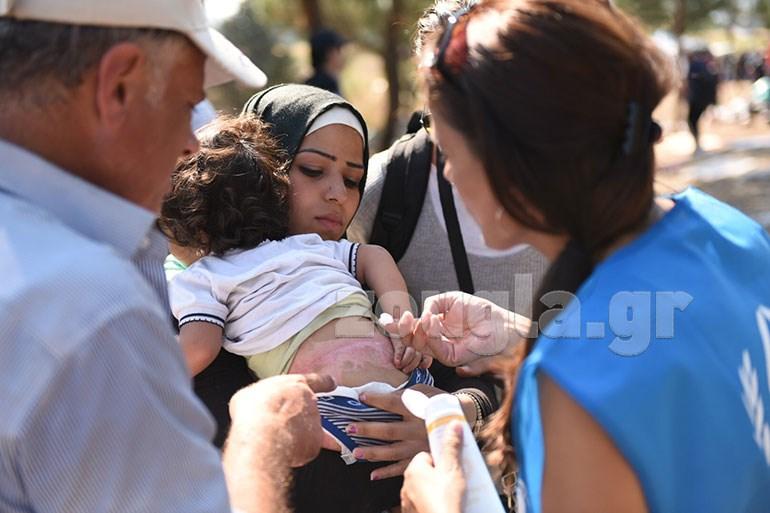 Εθελοντές και εργαζόμενοι στην Ύπατη Αρμοστεία φροντίζουν τα μωρά κατά προτεραιότητα