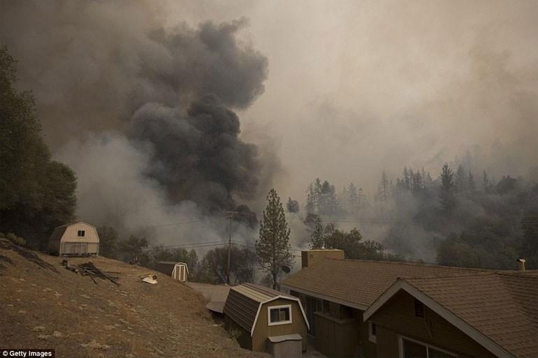 Η «Φωτιά του Λόφου» πλησιάζει απειλητικά αγροκτήματα