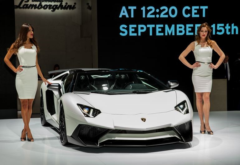 H εντυπωσιακή Lamborghini's Aventador SV Roadster μπορεί να επιταχύνει από στάση στα 100 σε 2.9 δευτερόλεπτα και να αγγίξει σε τελική τα 349 χλμ./ώρα.. Θα κυκλοφορήσει σε μόλις 600 μονάδες.