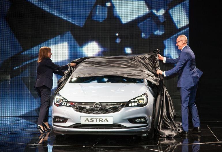 Στη Φρανκφούρτη παρουσιάστηκε η 11η γενιά του Opel Astra το οποίο θα έχει μειωμένο βάρος σε σχέση με τον προκάτοχό του έως και 200 κιλά με ότι αυτό συνεπάγεται (καλύτερες επιδόσεις, χαμηλότερη κατανάλωση κ.ά.)
