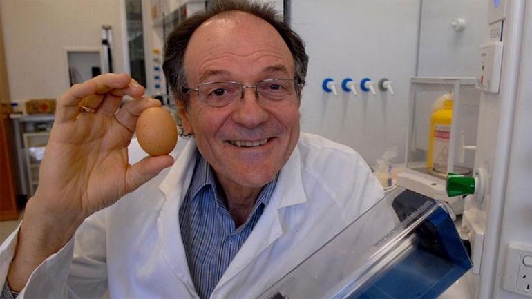 O εικονιζόμενος Αυστραλός επιστήμονας κατάφερε να ξε-βράσει (!) ένα αβγό!