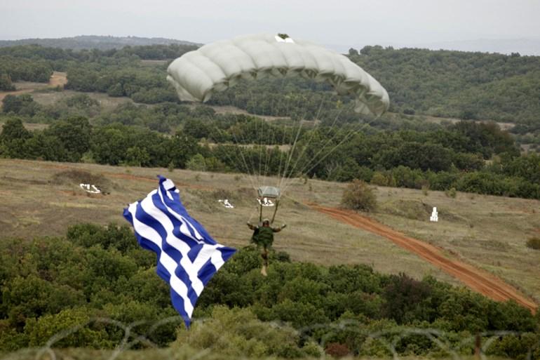 Aλεξιπτωτιστής με την ελληνική σημαία