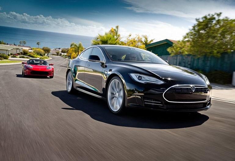 Η Tesla παράγει πολυτελή ηλεκτρικά αυτοκίνητα...