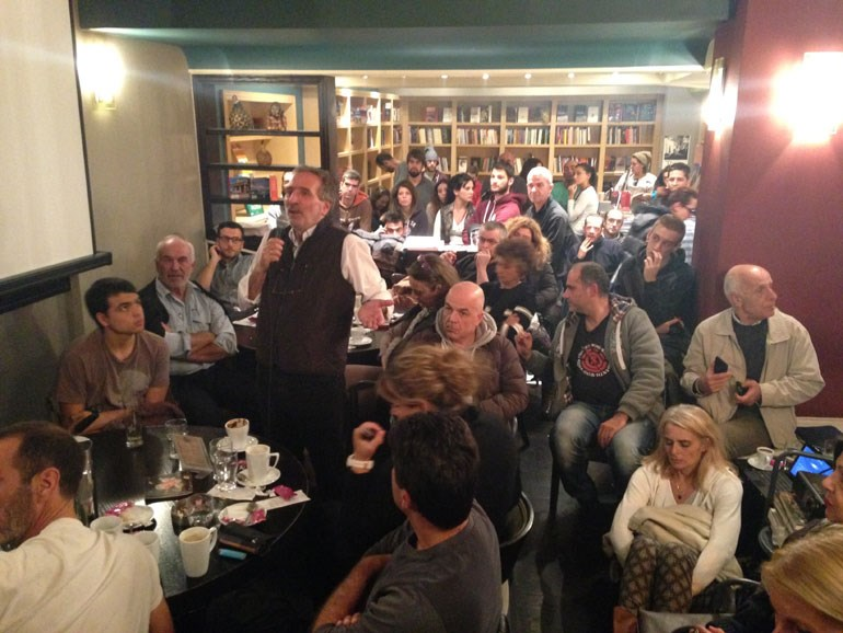 Ο Μάνος Δανέζης σε μια από τις δεκάδες ανοιχτές ομιλίες του στο κοινό...