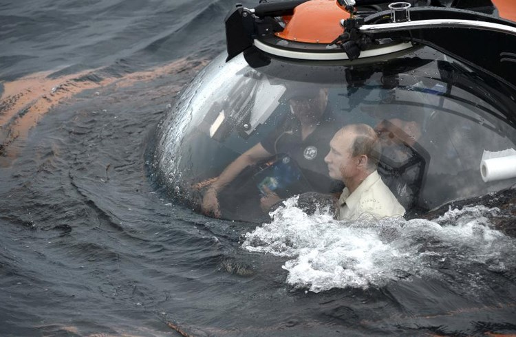 Ο Ρώσος πρόεδρος Βλαντίμιρ Πούτιν σε ερευνητικό βαθυσκάφος, στα νερά της Μαύρης Θάλασσας, καθώς παίρνει μέρος σε μια αποστολή κοντά στη Σεβαστούπολη, Κριμαία/Alexei Nikolsky