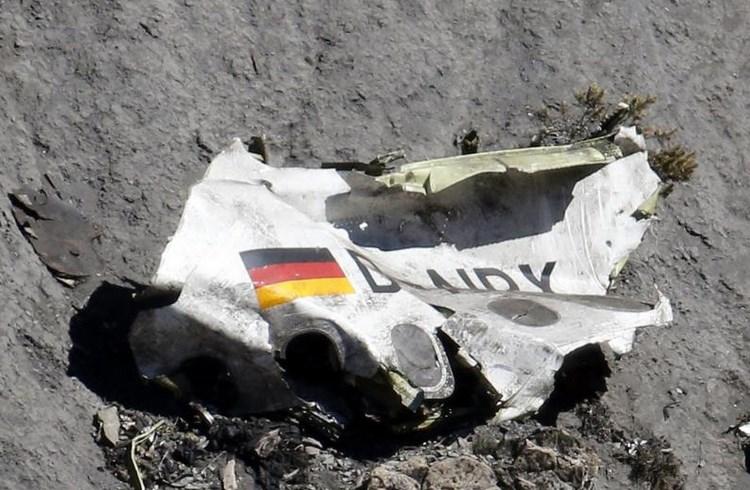 Συντρίμμια του αεροσκάφους της GermanWings το οποίο έριξε στις γαλλικές Άλπεις ο πιλότος Αντρέας Λούμπιτς, παρασύροντας στον θάνατο 150 ανθρώπους-26 Μαρτίου/ Emmanuel Foudrot