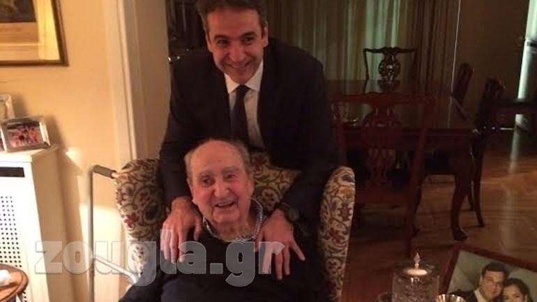 Δείτε φωτογραφία από την αποψινή επίσκεψη του προέδρου της Νέας Δημοκρατίας, Κυριάκου Μητσοτάκη, στον πατέρα του και πρώην πρωθυπουργό Κωνσταντίνο Μητσοτάκη.  Ο πρώην πρωθυπουργός υποδέχτηκε τον νέο πρόεδρο της Νέας Δημοκρατίας με τη φράση «Συγχαρητήρια και Πρωθυπουργός!».
