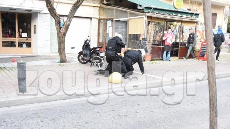 Κάτω... από τους αστυνομικούς βρίσκεται διαδηλωτής που περιιφρουρούσε την πλατεία Βικτωρίας