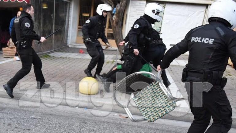 Τέσσερις αστυνονικοί εναντίον ενός...